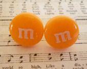 Boucles d'oreilles pastilles M&M's orange, tiges et poussoirs. : Boucles d'oreille par laboiteabijouxnanny