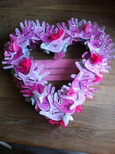 Een hartje gemaakt uit geknutselde handjes van vriendjes en vriendinnetjes van een overleden kindje. Dit kan helpen bij de verwerking voor kinderen.   kijk voor meer inspiratie voor kinderuitvaarten op www.rememberme.nl #kinderuitvaart #uitvaart #rouw #verlies Valentine Crafts, Valentines Day, Easy Paper Crafts, Craft Box, Toddler Crafts, Creative Inspiration, Grief, Funeral, Origami