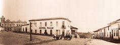1860 - O Hotel Palm com frente para o Largo do Capim na esquina com a Ladeira do Meio, que dava acesso ao vale o Anhangabaú. Ao fundo à esquerda a Igreja de São Francisco. Foto de Militão.