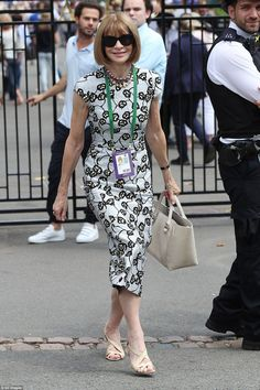 Vogue editor Anna Wintour went for a similar look to Carole, wearing a floral dress teamed with a neutral handbag and heels Cute Dress Outfits, Cute Dresses, Casual Dresses, Fashion Over 40, Love Fashion, Fashion Design, Anna Wintour Style, Carole Middleton, Vogue