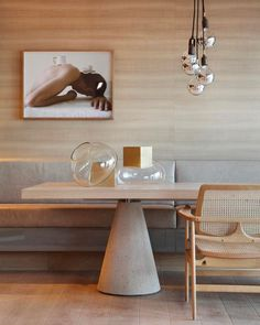 Tons neutros e muita madeira são os destaques desta sala de jantar assinada pelo Yamagata Arquitetura! O ambiente monocromático criou uma atmosfera contemporânea e sem excessos! Foto: MCA Studio.
