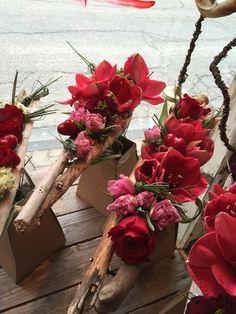 #fleurs #floral #flowers #fleuriste #florist #fleuristes #maussane #provence #tulip #bouquet #bouquets  #love #valentine Ikebana Flower Arrangement, Ikebana Arrangements, Floral Arrangements, Home Flowers, Table Flowers, Deco Floral, Arte Floral, Floral Bouquets, Floral Wreath