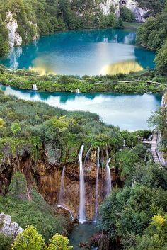 Lagos Verticais no Parque Nacional dos Lagos Plitvice, na Croacia. O parque foi fundado em 1949, e esta situado na regiao montanhosa central da Croacia, proximo a fronteira com a Bosnia Herzegovina. Em 1979 foi declarado Patrimonio Mundial da Humanidade pela UNESCO.