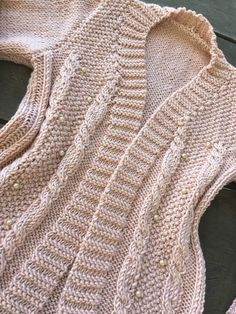 Cardigan Rose com Pérolas Knit Cardigan Pattern, Crochet Cardigan, C2c Crochet, Crochet Patterns, Cardigan Rosa, Elsa, Free Pattern, Knitting, Coat