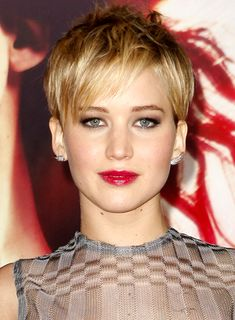 Jennifer Lawrence Short Hair | Jennifer Lawrence's Short, Blonde, Pixie Hairstyle with Bangs shows ...