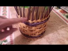 Плету корзинку(кубышку) с наращиванием стоечек и загибкой, очень похожей на розгу - YouTube