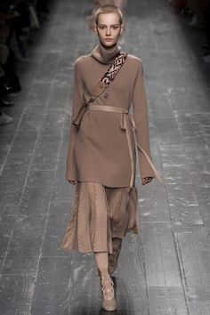 Valentino Fall 2016 Ready-to-Wear Collection Photos - Vogue wrong color for me but love the look Fashion Week, Love Fashion, Runway Fashion, High Fashion, Fashion Show, Womens Fashion, Fashion Trends, Paris Fashion, Latest Fashion