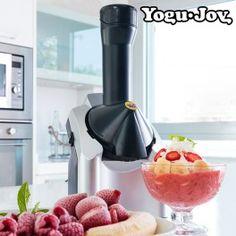 Www.regalosom.com Preparar helados sanos y deliciosos es muy sencillo con la máquina de yogur helado Yogu Joy! Disfrutarás de los mejores helados caseros hechos a tu gusto con ingredientes naturales. Solo hay que congelar la fruta deseada (plátanos, fresas, kiwis, etc.) e introducirla en la Yogu Joy (esperar 10-15 minutos para que el helado quede menos escarchado). Luego irá saliendo por el orificio con textura de helado. Se puede añadir yogur para darle mayor cremosidad, y pepitas de…