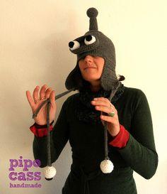 Nina y el gorro Bender http://pipocass.com/pipocass-handmade/bender-triunfandolos-gorros-mas-divertidos/