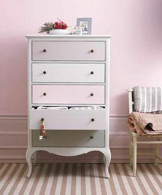 repeindre un meuble de couleur rose pale et mur rose