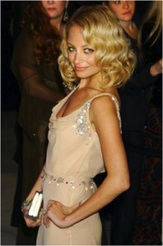 """By Emily Swift Do you glam ladies need some ideas on how to rock the adorable Great Gatsby hair styles? (especially for you MODA gals preparing for the """"Copacetic Couture"""" fashion show) Check out … Great Gatsby Hairstyles, Vintage Hairstyles, Pretty Hairstyles, Bob Hairstyles, Flapper Hairstyles, Bob Haircuts, Updo Hairstyle, Wedding Hairstyles, Nicole Richie"""