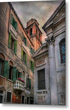 Arcadian scenic view of old venetian buildings on Calle Bergami S. Croce at Campo Santo Venice, Italy  -  Photo by Hanny Heim Snowbird Photography #italy #italien #venedig #venice #venezia #architecture #cities