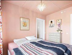 Tak males også på soverom i en kald blå nyanse Bed, Furniture, Home Decor, Stream Bed, Room Decor, Home Interior Design, Bedding, Home Decoration, Interior Decorating
