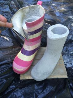 Tämä askartelu on nyt kuuminta hottia Looks like she filled rubber boots with concrete, then cut the boot off, leaving the foot part on == Fur Elise Diy Concrete Planters, Cement Art, Concrete Cement, Concrete Crafts, Concrete Projects, Concrete Garden, Concrete Design, Outdoor Projects, Garden Crafts