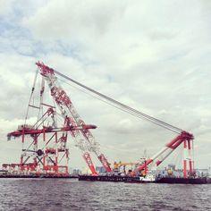 空飛ぶガントリー写真。その2。吊り上げてるのは、深田サルベージさんちの「富士」さん。( ´ ▽ ` )ノ力持ち! pic.twitter.com/2WroA6Qy8u