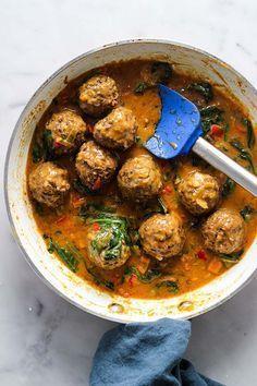 Lentil Meatballs with Curry Sauce – Yemek Tarifleri – Resimli ve Videolu Yemek Tarifleri Veggie Dishes, Veggie Recipes, Indian Food Recipes, Whole Food Recipes, Vegetarian Recipes, Cooking Recipes, Healthy Recipes, Lentil Dishes, Easy Cooking