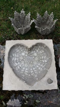 For stepping stones in backyard? Cement Art, Concrete Cement, Concrete Crafts, Concrete Projects, Concrete Garden, Concrete Design, Concrete Planters, Leaf Projects, Mosaic Projects
