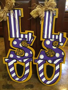 Most up-to-date Totally Free College Wooden Letters door hanger! Suggestions Your individual door hanger Sure, the classic is of course the door pendant, by which on the leading Letter Door Hangers, Football Door Hangers, Wooden Door Hangers, Wooden Doors, Wooden Letters, Wooden Signs, Door Hanger Printing, Classic Doors, Diy Cutting Board