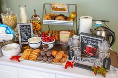 Use these unbelievably easy Breakfast Bar Ideas! Great Hosting Hack Ideas for parties, brunch buffet, and holiday crowds. Breakfast Bar Food, Breakfast Buffet Table, Birthday Breakfast, Brunch Buffet, Party Buffet, Christmas Breakfast, Breakfast Recipes, Birthday Bar, Wedding Breakfast