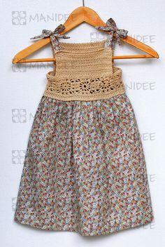Vestito per bambine in stoffa di puro cotone e corpetto lavorato a mano all'uncinetto.
