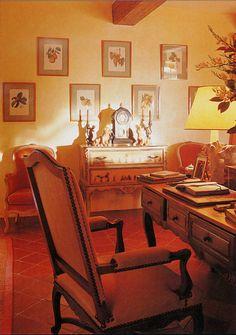 Un bureau, adossé à un canapé central, l'opulence d'un bouquet morcellent visuellement le grand salon, gagné par la suppression de quatre pièces exiguës. Une décoration intimiste, des couleurs fortes, contribuent à maintenir une atmosphère cosy.