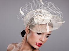Tocado Heaven Blanco. Presentado en blanco es un tocado ideal para deslumbrar en las fiestas de primavera o verano. #tocados #complementos #bodas http://www.pingletonhats.com/