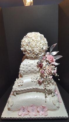 Buying Wedding Cakes: Tips And Helpful Advice – Wedding Tip Guide Amazing Wedding Cakes, Elegant Wedding Cakes, Elegant Cakes, Wedding Cake Designs, Amazing Cakes, Gorgeous Cakes, Pretty Cakes, Pillow Cakes, Fantasy Cake