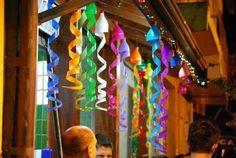 Hermosas serpentinas para decorar un salón de fiesta, realizadas con botellas de plástico recicladas