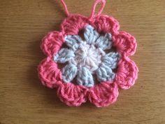 Gratis patroon Vintage Rose square met foto tutorial - Laura Haakt Crochet Hexagon Blanket, Granny Square Crochet Pattern, Crochet Motif, Crochet Flowers, Crochet Stitches, Free Crochet, Crochet Patterns, Flower Granny Square, Cross Stitch Cards