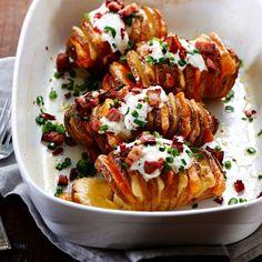 Przepis na pieczone ziemniaki w mundurkach, faszerowane boczkiem lub szynką, serem żółtym, podawane z dipem czosnkowym i szczypiorkiem - sprawdź!