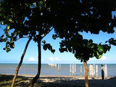 Na praia do centro que fica localizado o misterioso píer de Cumuruxatiba, desativado, foi construído na década de 50 e é o segundo maior píer do mundo, com mais de 600 metros de extensão.