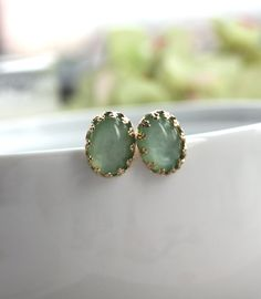How cute are these jade green #stud #earrings. Perfect for a fun and funky #bride