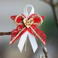 ČERVENÝ vývazek KRAJKA+STUHA+JUTA+SRDÍČKO Baby Shower Pin, Christmas Wreaths, Christmas Ornaments, Corsage, Holiday Decor, Jute, Mariage, Christmas Swags, Xmas Ornaments