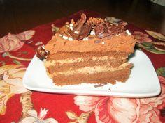 """Questa torta è estremanete """"cioccolatosa"""" va mangiata in piccole quantità perchè è estremamente calorica, ma una volta ogni tanto si può anche esagerarare. Voi che ne dite? Sei strati di cioccolato Ingredienti Pan di Spagna 5 uova intere 2 tuorli 170 g di zucchero 130 g di farina 30 g di cacao amaro"""