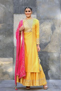 Looking for Mango Colored Sharara with Pink Dupatta? Browse of latest bridal photos, lehenga & jewelry designs, decor ideas, etc. Kurta Designs, Indian Attire, Indian Wear, Indian Dresses, Indian Outfits, Ethnic Fashion, Indian Fashion, Look Short, Party Kleidung