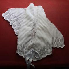 Toquilla triangular Hecha totalmente a mano con lana de primera calidad.  Medida aproximada: 1,15 m el lado largo y distancia del lado largo al pico de unos 65 cm.