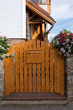 """Eine Gartentür in Holzoptik und noch dazu mit allen Vorteilen eines pflegeleichten Aluminiumzaun. Ein Zauntor mit Qualität. Unser Alu Gartentor """"Merlin"""" ist der rustikale Hingucker für euren Vorgarten.  #gartentür #holzoptik #rustikal #alutor #gartentor #aluminiumzaun #sichtzaun #sichtschutzzäune #zaunmodelle #palisadenzaun #zaunmodern #selbermachen #diy  #holzoptiktor Garage Doors, Wood, Outdoor Decor, Merlin, Home Decor, Split Rail Fence, Aluminum Fence, Fence Ideas, Rustic"""