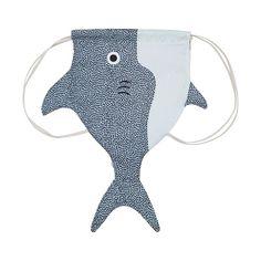 Vorsicht, Hai! Der übercoole Gymbag aus Baumwolle von Don Fisher kommt diesen Sommer garantiert überall hin mit. Den gibt's übrigens auch in Gross für uns Eltern. Shark Attack! Don Fisher umsegelt die sieben Weltmeere auf der Suche nach schönen Dingen. Und die schönsten Fänge bringt er uns mit nach Hause. Die Kreationen von Don Fisher sind aus den hochwertigsten Materialien handgefertigt und sofort einsatzbereit. Jedes Stück von Don Fisher ist anders, aber alle dienen dem gleichen Zweck...