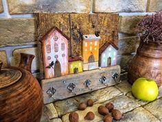 ~provence~ • ключница/интерьерная вешалка на 5 крючков • размер 29 ^ 25,5 • нет в наличии • материалы: дрифтвуд, краски, клей, гвозди, проволока, металлическая фурнитура • • • • • #дрифтвуд #дрифтвудсочи #driftwood #driftwoodsochi #деревяшки #mariposa__art #марипоса__арт #сочи #сделаноруками #хендмэйд #handmade #вподарок #подарки #новыйгод #домики #волшебство #волшебныйгород #сказка #интерьер #декор #прованс #экостиль #provence #ключница #деревяннаяключница #мои_волшебные_домики #craft…
