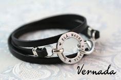 Vernada Design -kieputettava nahkakäsikoru ELÄ. NAURA. RAKASTA., musta, kapea, sileä. #Vernada #jewelry #bracelet #wraparound #leather #suomestakäsin #finnishdesign