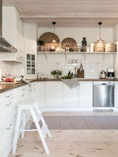 Home Interior Styles decordemon: Beautiful country house in Sweden in natural tones Restaurant Interior Design, Home Interior, Cottage Kitchens, Home Kitchens, Farmhouse Kitchens, Kitchen Dining, Kitchen Decor, Sweden House, Tidy Room