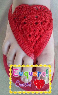 Sandália com coração de crochê