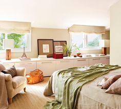 Dormitorio con armario a medida bajo las ventanas. Un armario bajo la ventana