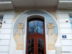 An impressive door in the style of art nouveau (Jugendstil) seen at the Dannebergplatz in Vienna