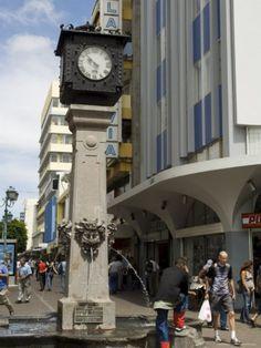 Reloj y pileta en la avenida central, San José - Costa Rica.