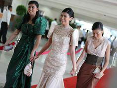 My idea of a filipiniana-themed wedding - girls flaunting filipiniana ternos as if walking on SONA's red carpet. All About Fashion, Love Fashion, Fashion Beauty, Wedding Girl, Wedding Gowns, Wedding Ideas, Maria Clara Dress Philippines, Filipiniana Dress, Philippines Fashion