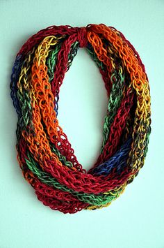 DIY Finger-Knitted Scarf - video tutorial