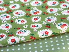 100% cotton VINTAGE PEA GREEN DAISY flower floral dress, craft, quilting bunting