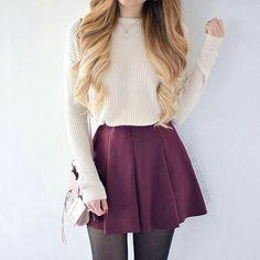 Si no quieres enseñar piel, pero te encanta la idea de estas faldas, aquí está tu mejor opción. Medias debajo y suéter holgado y fajado.