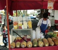 Fruta, manos de Huejutla y gula tapatía.   ''Los hombres comen tacos y tortas ahogadas. Las mujeres comen fruta'', dice uno de los vendedores de fruta picada que se estableció en la ciudad.